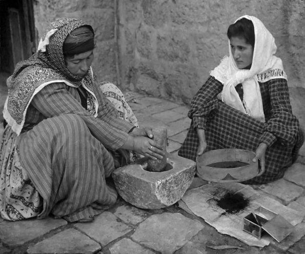 Palestinas moliendo café. 1905