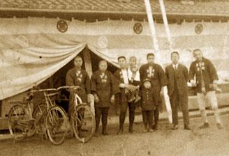 Varios trabajadores de Kongo Gumi, hacia comienzos del siglo XX.