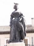 Estatuta de la monarca origen de la copla situada en la plaza de la Ópera en Madrid.
