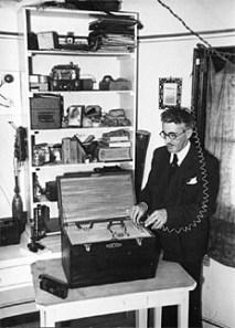 Juan Baigorri junto a su máquina de hacer llover