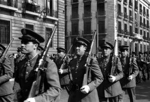 Desfile de la Policía Nacional ante el Gobierno Civil de Santander a finales de los años cincuenta.